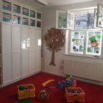 Raum mit Schrank und Fenster